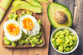 Mit einem Avocado-Frühstück gesund in den Tag starten