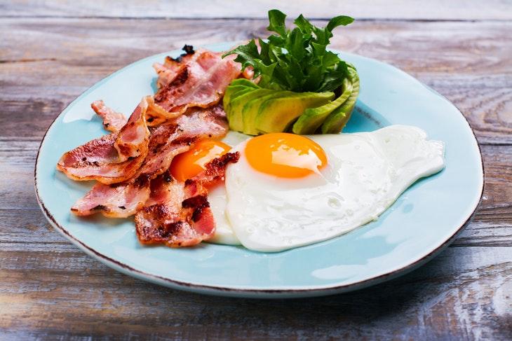 Wenn es etwas deftiger werden soll: Avocado-Bacon-Ei- Schmaus