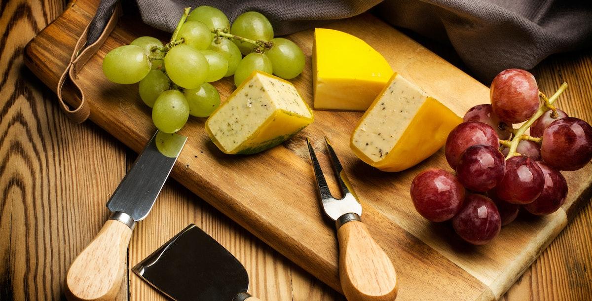 Käse mit Obst und Gemüse