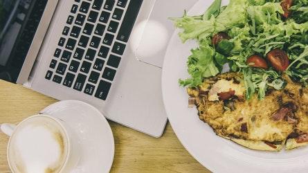 Hähnchen Salat und Kaffee