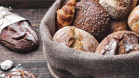 Korb mit frischen Brot und Brötchen