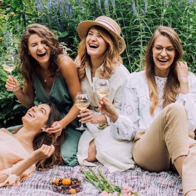 Donne che festeggiano durante un viaggio