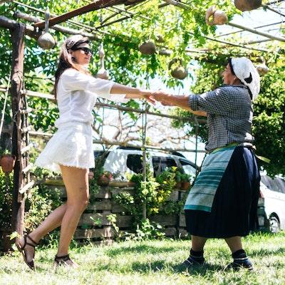 Donne che ballano la tarantella calabrese
