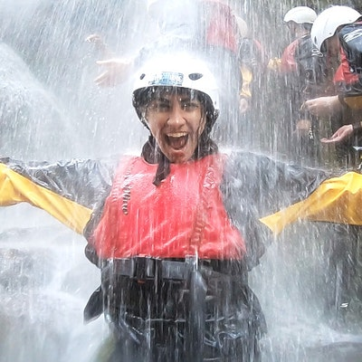 Donna sotto la cascata