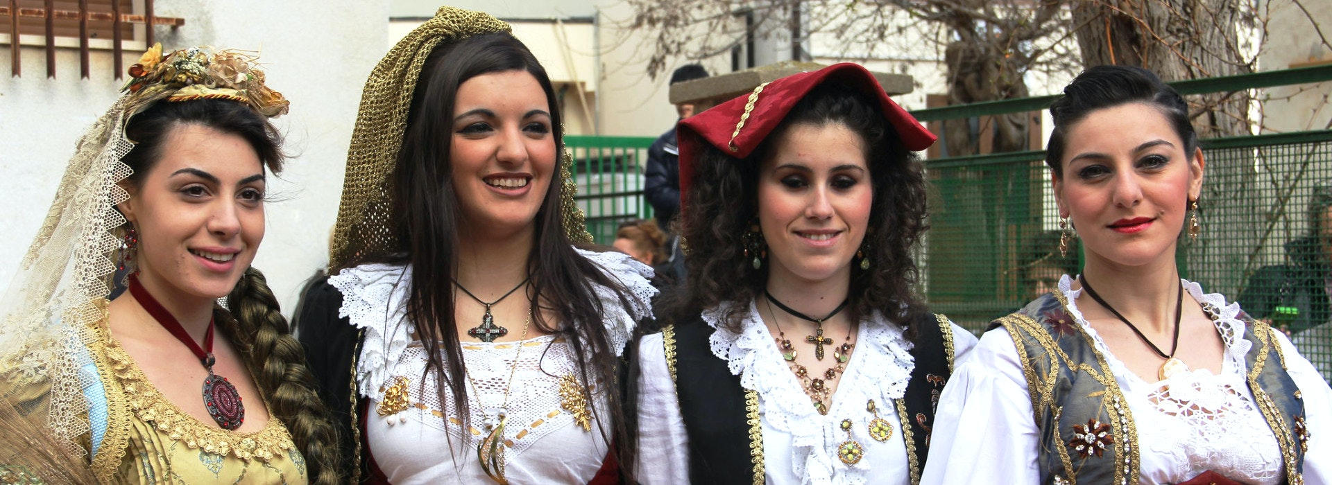 Quattro ragazze vestite con abiti di cultura arbereshe
