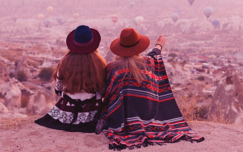 Ragazze che ammirano mongolfiere in viaggio