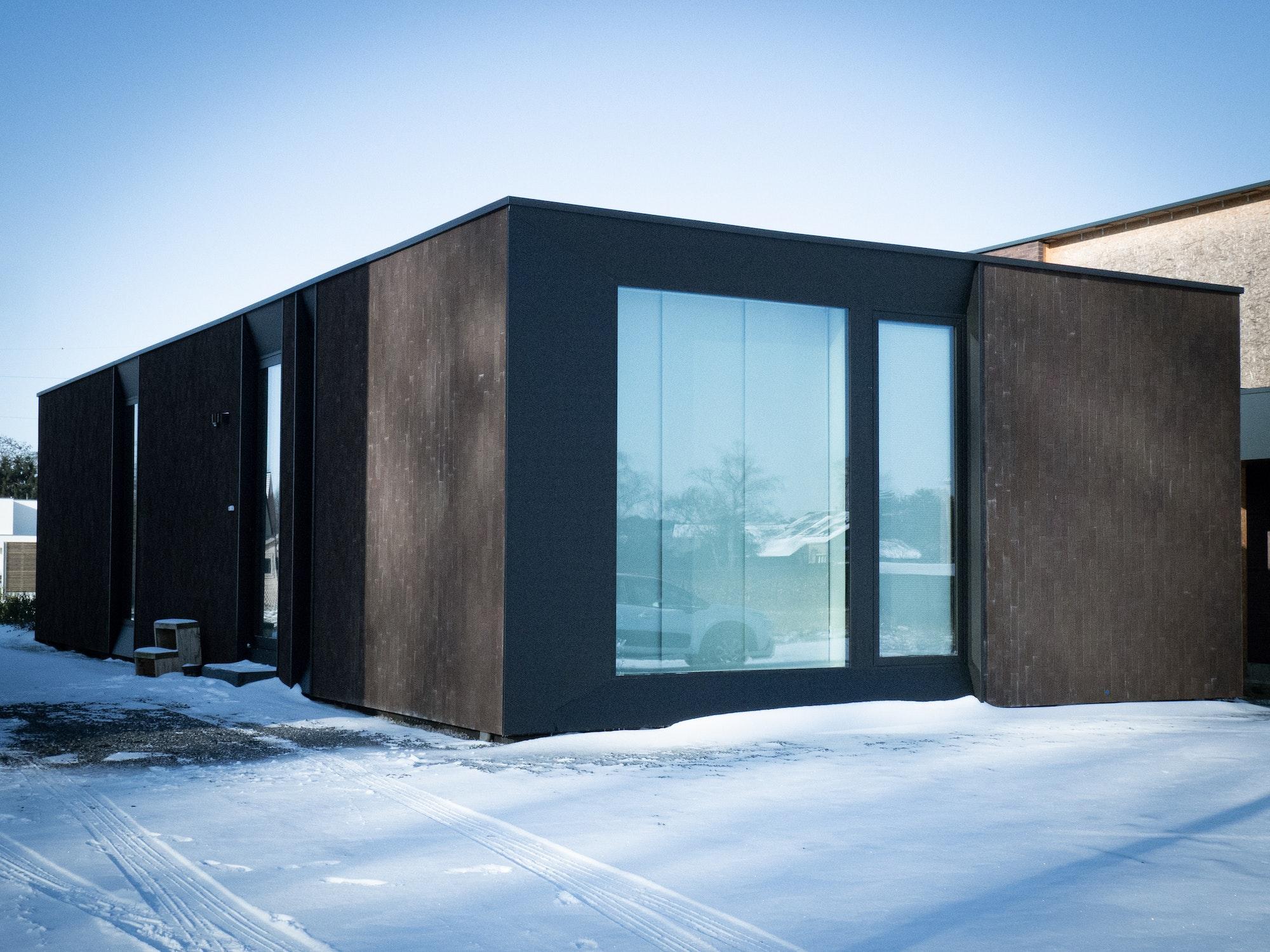 Skilpod #80A — houtskeletbouw bungalow woning met 2 slaapkamers, modern design met zwarte steen
