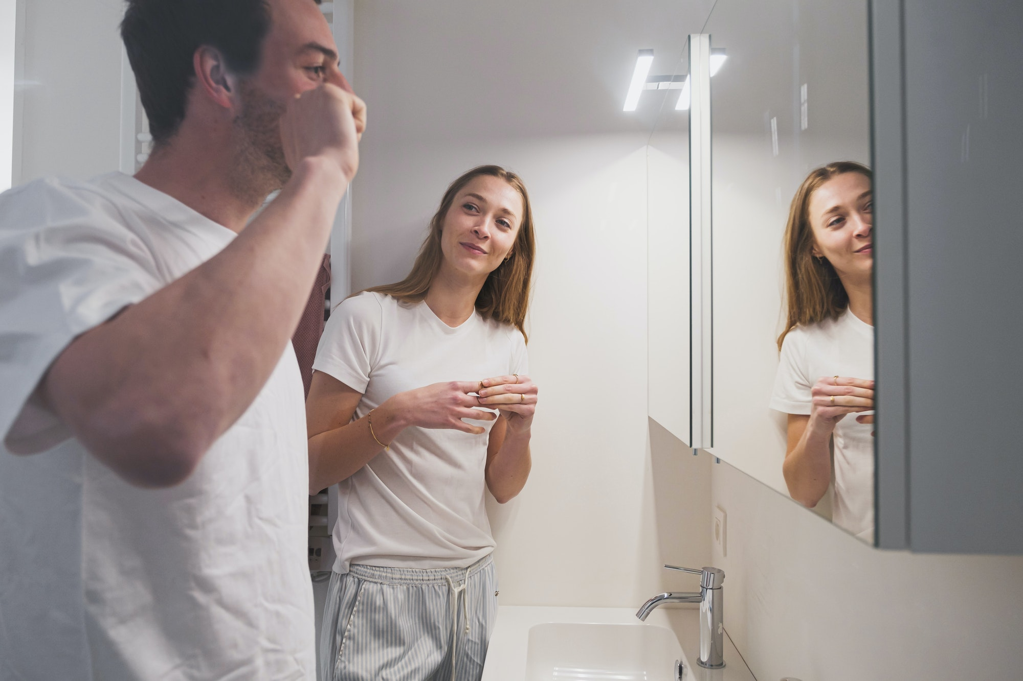 Jong koppel aan dubbele wastafel in de badkamer van een Skilpod woning