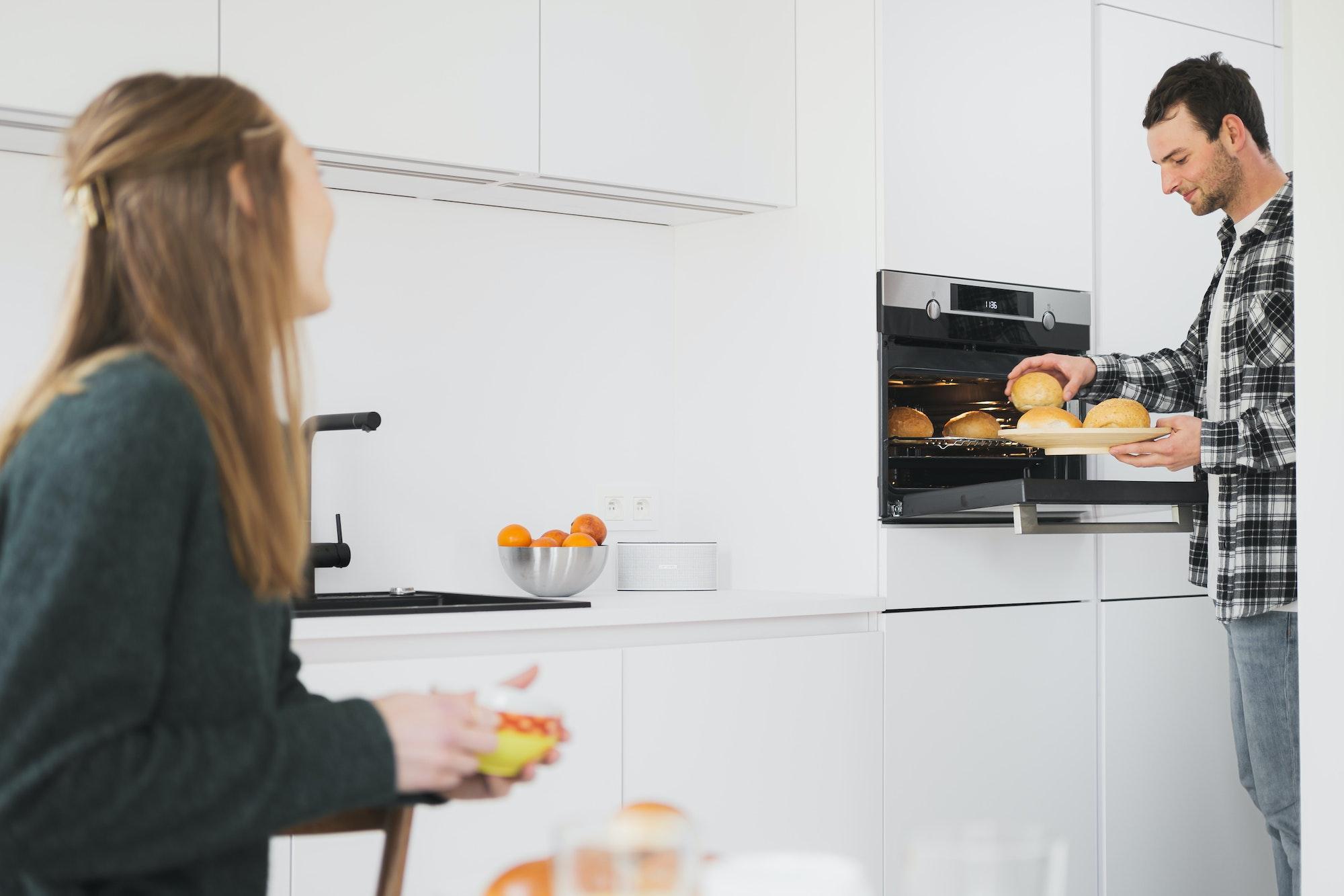 Jong koppel eet brunch in een Skilpod keuken