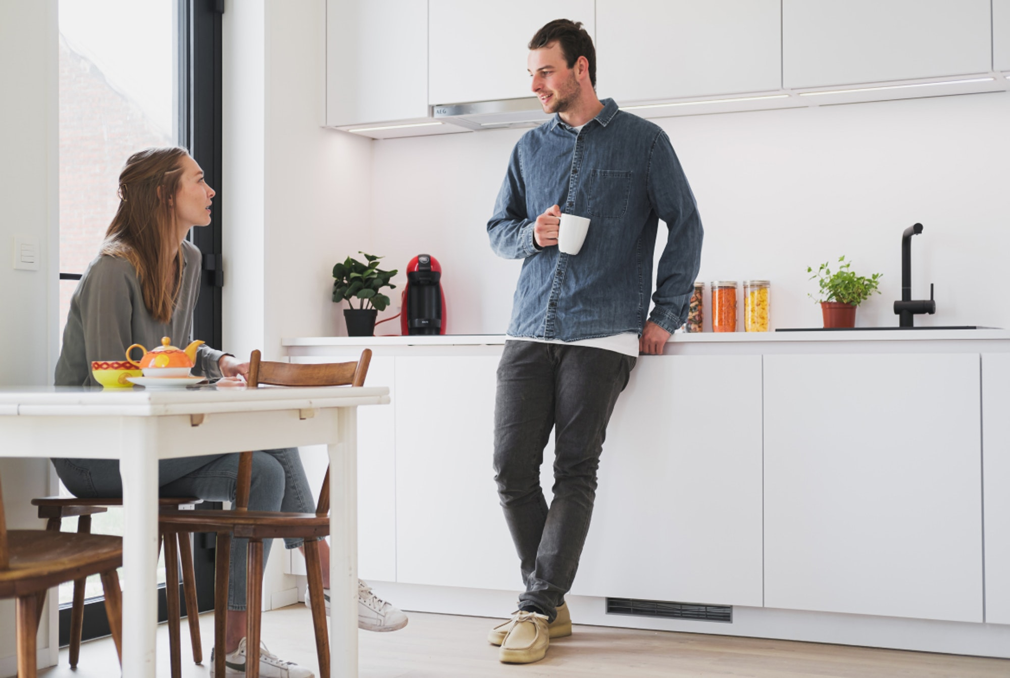 Jong koppel in conversatie in een Skilpod Keuken