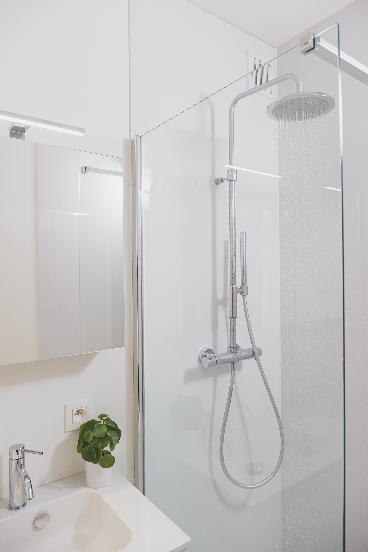Skilpod badkamer detail inloopdouche en badkamermeubel