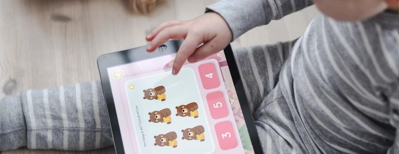 Ett barn räknar nallebjörnar