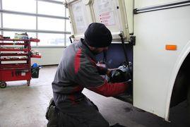 mécanicien réparant un bus Tallis