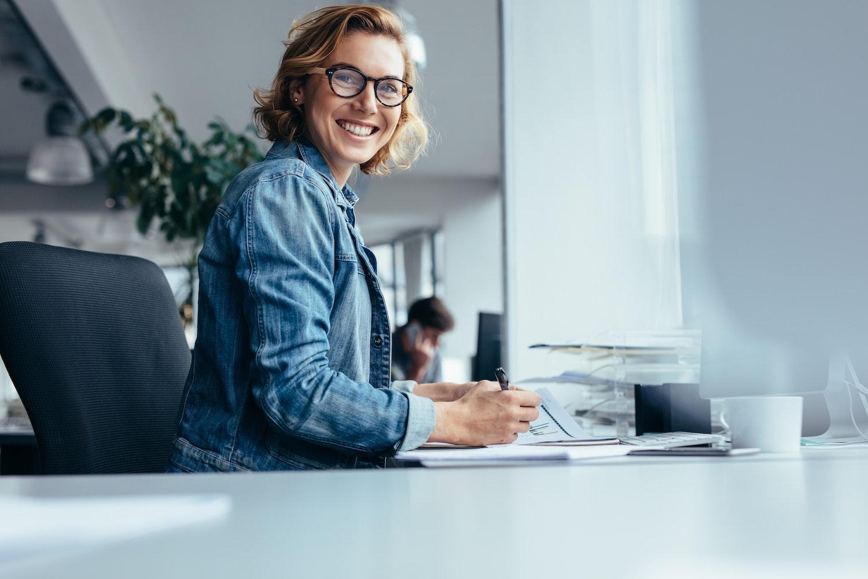 Imprenditrice al lavoro nel suo ufficio