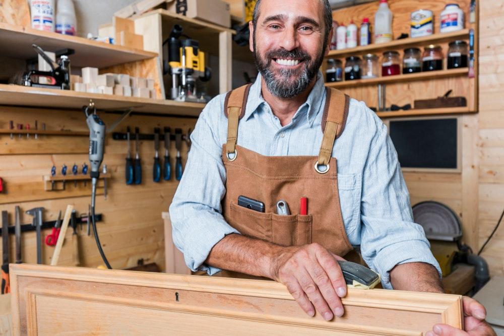 Artigiano titolare di una piccola impresa che lavora il legno