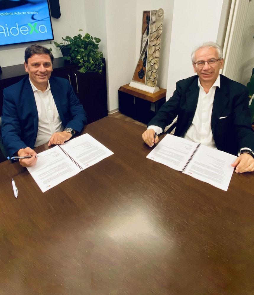 Roberto Nicastro, presidente di Banca AideXa, e Fabio Petri, presidente di Artigiancredito, sottoscrivono l'accordo