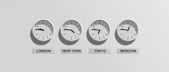 vier Uhren mit unterschiedlichen Uhrzeiten