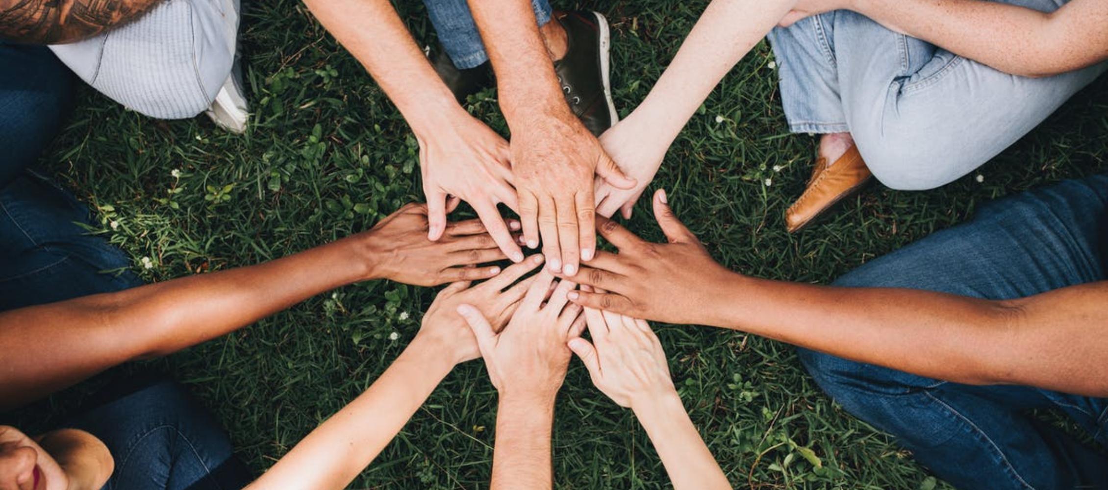 Teamfähige Mitarbeiter reichen sich die Hände