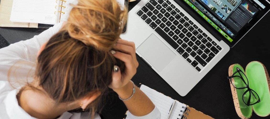 Frau verzweifelt vor computer da kein onboarding vorgenommen wurde