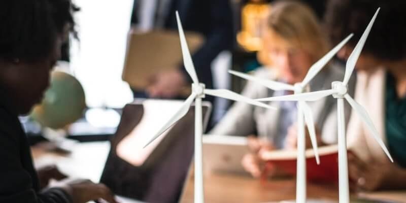 Windräder-im-büro-symbolisieren-nachhaltigkeit