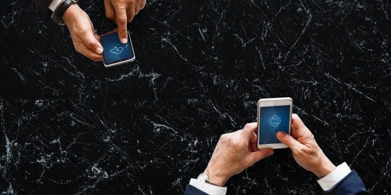 Mitarbeiter-arbeiten-digital-am-handy