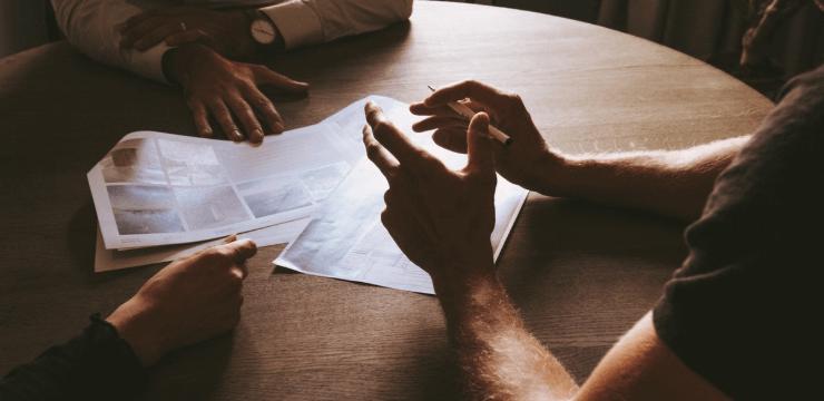 Personen-diskutieren-an-einem-tisch