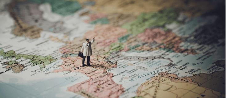 Spielzeug-Mensch auf Landkarte