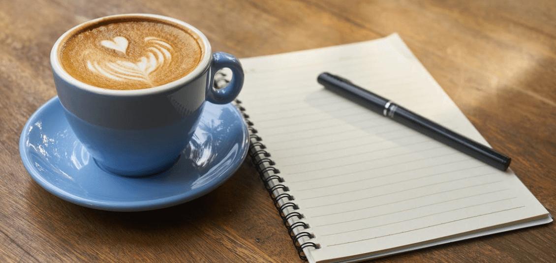 Kaffetasse und Notizblock