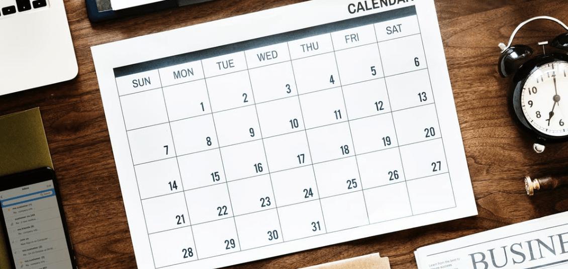 Kalenderübersicht auf einem Tisch