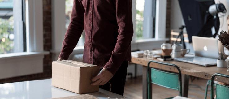 employee-packing-office-belongings