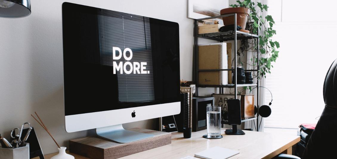 """Computer mit der Aufschrift """"Do More"""""""