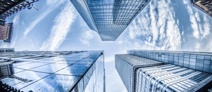 Wolkenkratzer aus der Froschperspektive