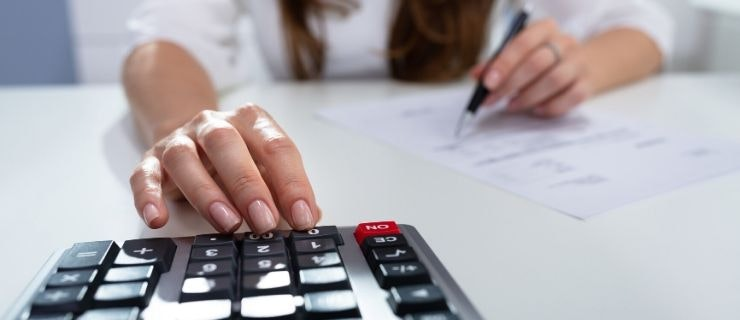 woman-files-equal-pay-claim