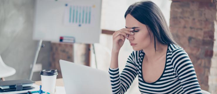 Employee avec mal de tête besoin de repos compensateur