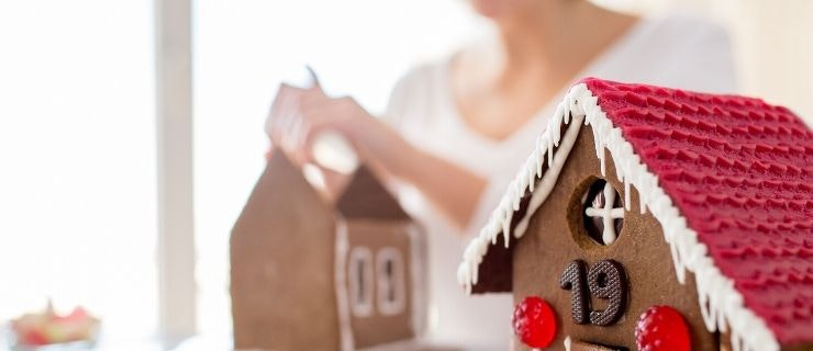 gingerbread-house-decorating