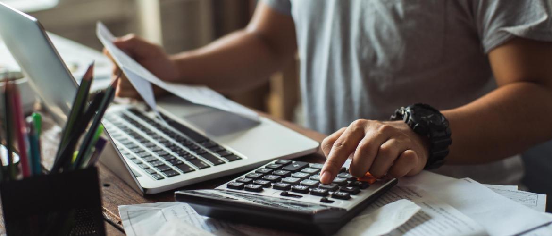 Mann berechnet die Kosten einer HR-Software