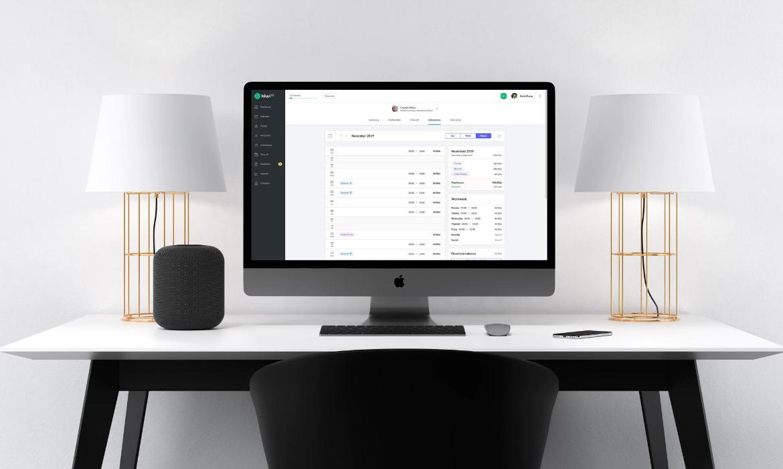 Computer mit HR-Software auf einem Schreibtisch
