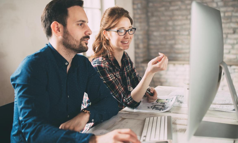 Mann und Frau arbeiten mit einer HR-Software