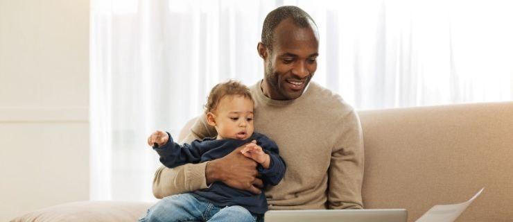 Vater mit Kind flexible Arbeitszeit