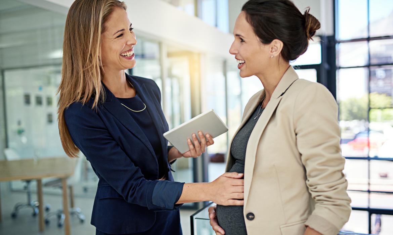 Employeur félicité son employée avant son départ en congé maternité