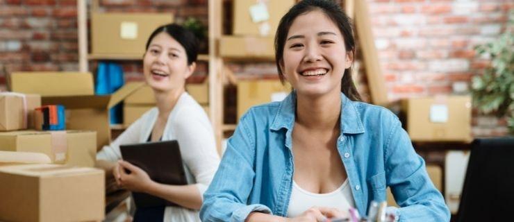 Salariées qui préparent des commandes comme objectif de la productivité au travail