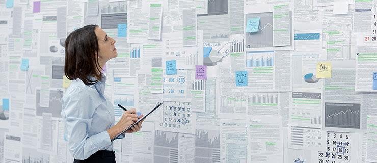 HR Managerin prüft Berichte