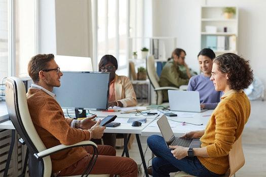 Mitarbeiter spricht mit HR Managerin
