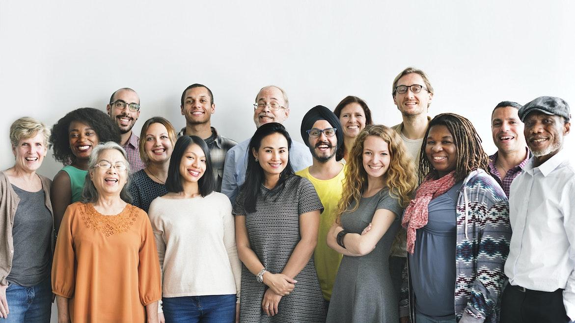 Une équipe d'hommes et de femmes d'âges et d'origines diverses