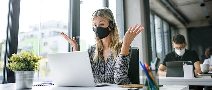 Mitarbeiterin mit Maske