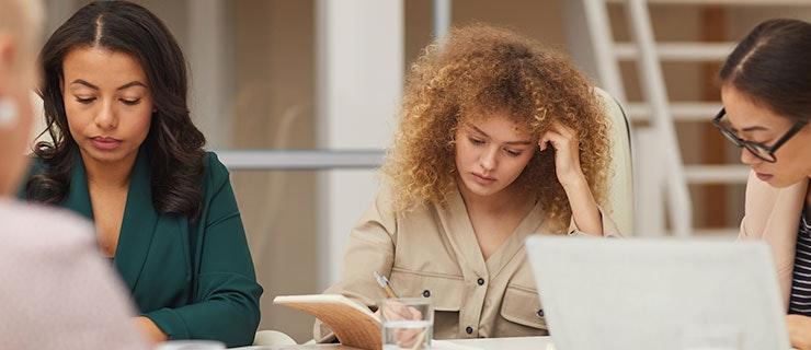 Mitarbeiterin krank in einem Meeting