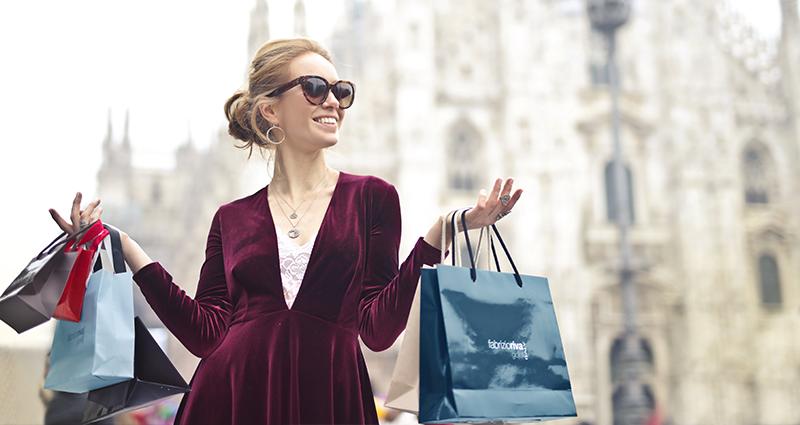 Uśmiechnięta kobieta z torbami na zakupy.