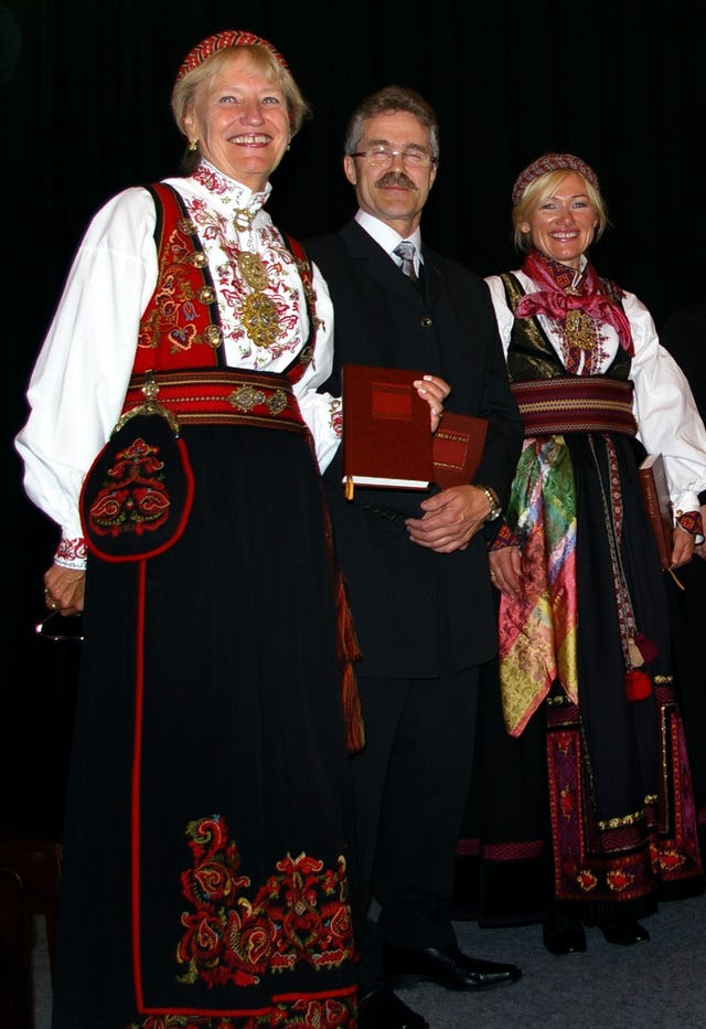 Britt Strandli-Thoresen, Kjell Austvoll, and Kitt Sanvik read excerpts from the Kitab-i-Aqdas during the ceremony at Beitostolen for the presentation of the Norwegian edition.