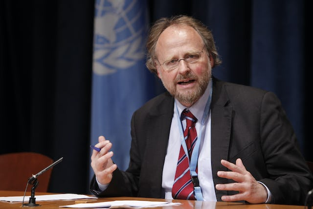 """Heiner Bielefeldt – the United Nations Special Rapporteur on Freedom of Religion or Belief – briefs correspondents on the issue at UN Headquarters on Thursday 20 October. The Iranian government has a """"clearly articulated policy of extreme hostility"""" towards its 300,000-strong Baha'i minority, said Dr. Bielefeldt. UN Photo/Paulo Filgueiras"""
