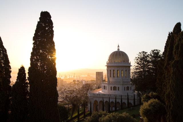 Esta foto del Santuario del Báb es una de las nuevas fotos de lugares sagrados bahá'ís y otros sitios significativos incluidos en el banco de recursos.